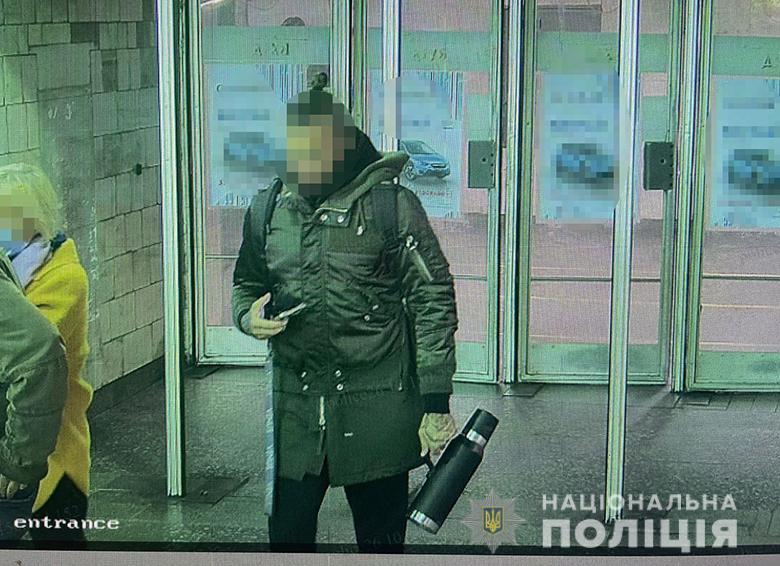 В метро вооруженный мужчина напал на пассажирку